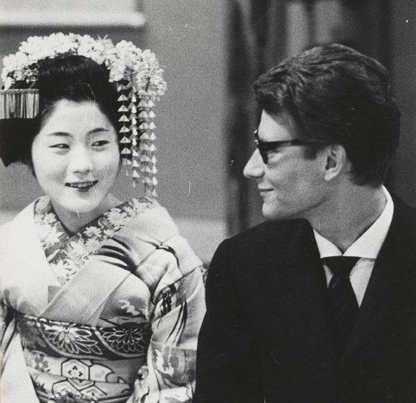 16 - Yves Saint Laurent en compagnie d'une courtisane, Kyoto, avril 1963 © Droits réservés