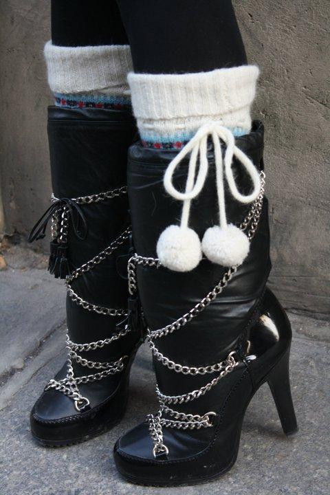 Bottes fourrées Barbara Bui, chaussettes jacquard, H&M.