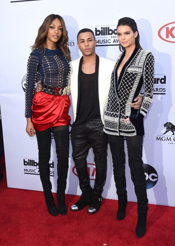 Kendall Jenner et Jourdan Dunn ont foulé le tapis rouge habillées par Balmain x H&M aux côtés d'Olivier Rousteing