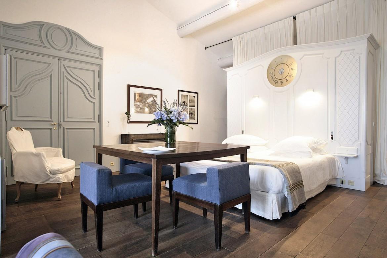 Entre simplicité et authenticité, en qualité de maîtresse des lieux, Madame Charial oeuvre à rénover le style des chambres de Baumanière visant l'harmonie parfaite entre passé et présent.