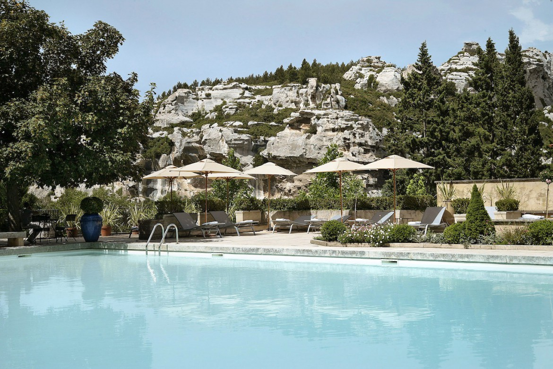 Baumanière, c'est un restaurant gastronomique, un hôtel de charme, une piscine et des jardins à l'abri des regards, nichés dans les contreforts des Alpilles provençales.