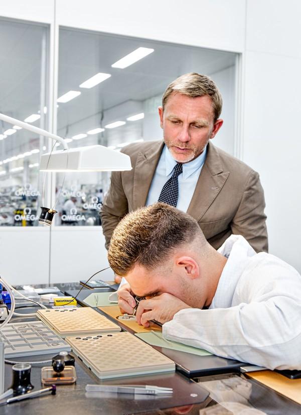 Daniel Craig lors d'une visite dans les ateliers Omega en Suisse