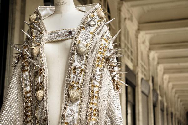La statue de Notre Dame de Grâce de Honfleur habillée en On Aura Tout Vu pour le 15 août