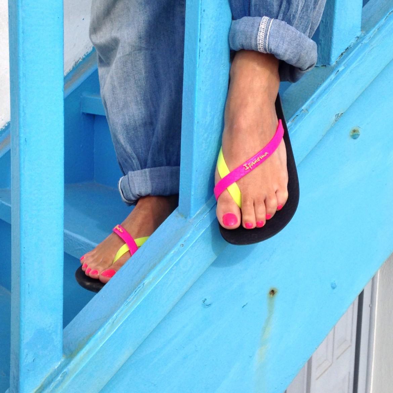 Et me voilà à Mykonos, ballade toutes la journée avec mes new tong ! confortables et joliment colorées !