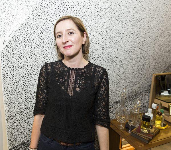 L'artiste Alix Waline dans la boutique diptyque