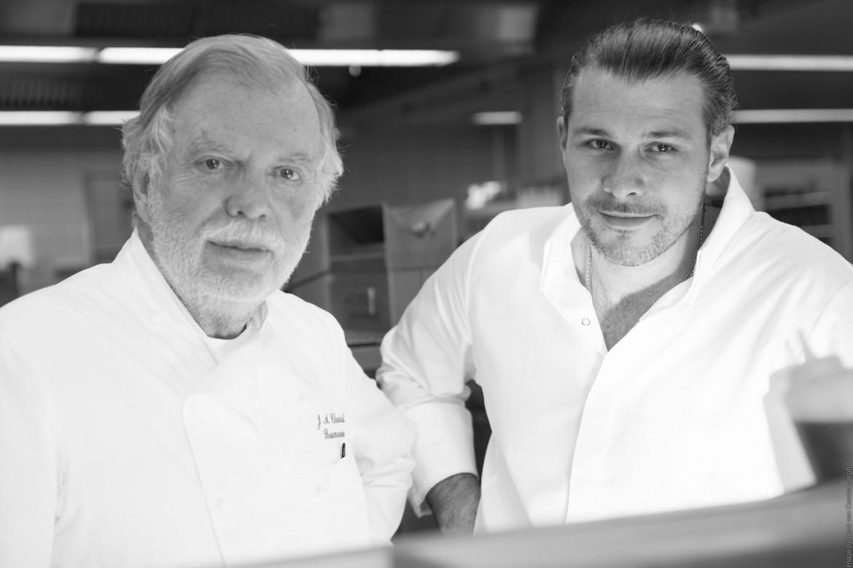 Jean Charial, le chef et âme de son domaine familial, Baumanière, en compagnie de Glenn Viel, jeune chef qu'il a choisi et désigné pour sa cuisine pleine de peps' mais dans le respect de la tradition.