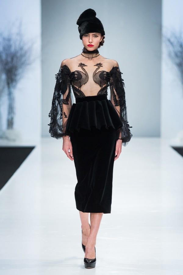 YANINA COUTURE – Robe longue noir avec transparences et application brodée main - Prix sur demande