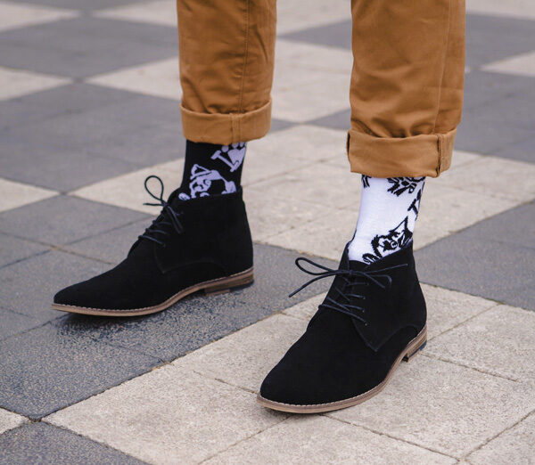 Z_CRUEL DILEMME_Quand les chaussettes osent la différence (1)