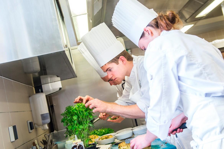 A Baumanière, la brigade de Jean Charial élabore les plats en majorité à partir de la production locale.