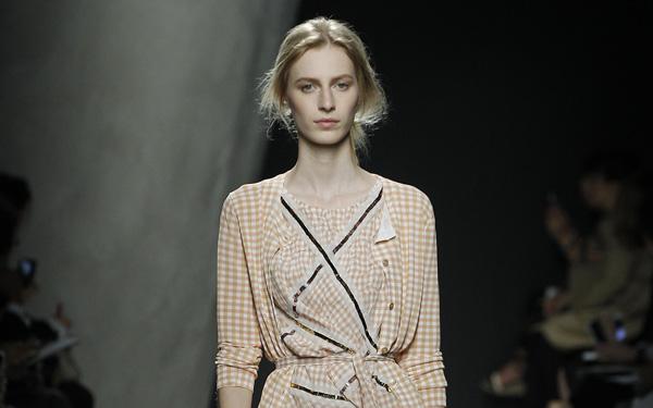 Bottega Veneta mise sur une femme en mouvement pour l'été 2015